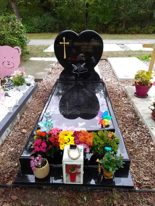 Concept marbre - monument funéraire coeur noir